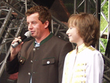 Moderator Harald Wieser präsentiert Raphael